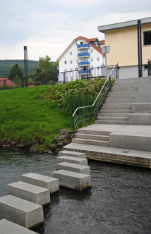 Trittsteine im Flussverlauf